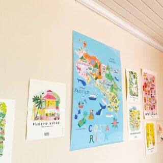 Hasta el espacio de taller en Holalola está lleno de inspiración con nuestros afiches hermosos🙌🏼❤️ #quieroholalola