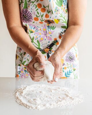 @lola.turquoise nos comparte su amor por la cocina a través de todos los productos que tenemos para los amantes de preparar las recetas con los sabores más deliciosos❤️Delantales, miel, agarradores de olla, recetarios y mucho más vas a poder encontrar en Holalola⭐️