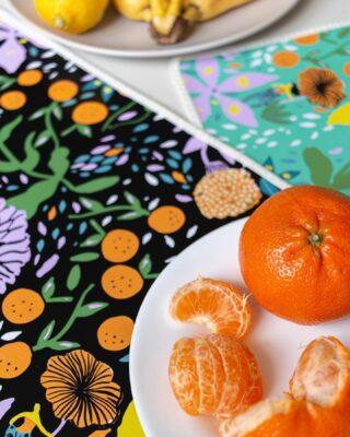 ¿Cuántos de ustedes disfrutan de desayunar cada mañana con una mesa linda y comida rica? A nosotros nos encanta y es por esto que diseñamos los individuales más lindos para llenar de color este tiempo para vos, amig@s o familia❤️🥞🍳 #quierounholalola