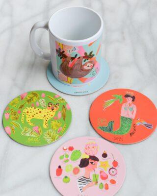 Solo imagínense llenar de color nuestras mesas con estos hermosos coasters Holalola, además tenemos muchísimas tazas de cerámica con diseños perfectos para acompañarlos☕️✨